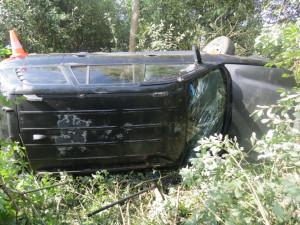 Opilý řidič otočil své SUV několikrát přes střechu, při tom vypadl na silnici