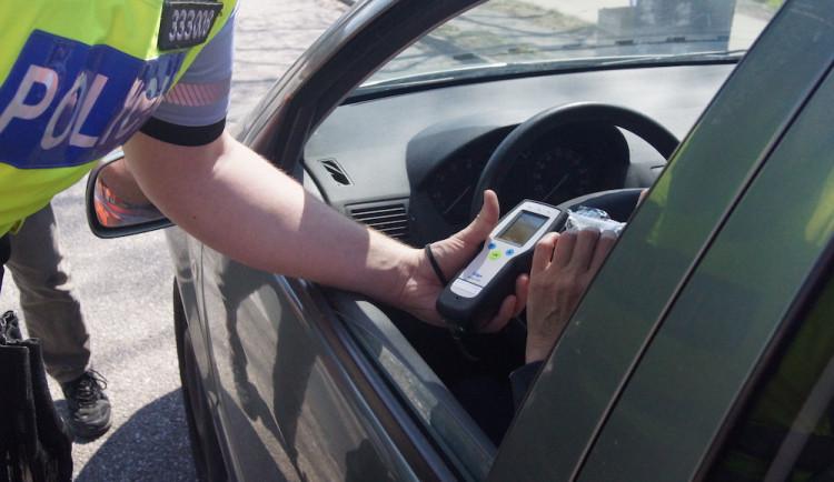 Opilý muž se zákazem řízení vezl v autě pětiletého syna. Po propuštění policií odjel autem
