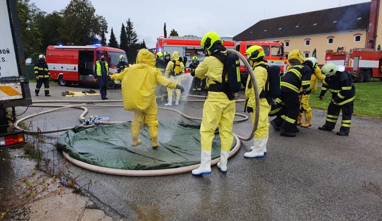 VIDEO: V třeboňském pivovaru unikal čpavek. Hasiči evakuovali 18 lidí