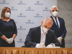 VOLBY 2020: Na jihu Čech vznikla nová koalice. V rukavicích smlouvu podepsaly čtyři strany