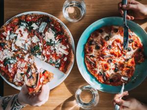 Pizza Coloseum nadále vaří. Až do večerních hodin nabízí rozvoz zdarma či výdejové okénko. Láká také na speciální akci na pizzu