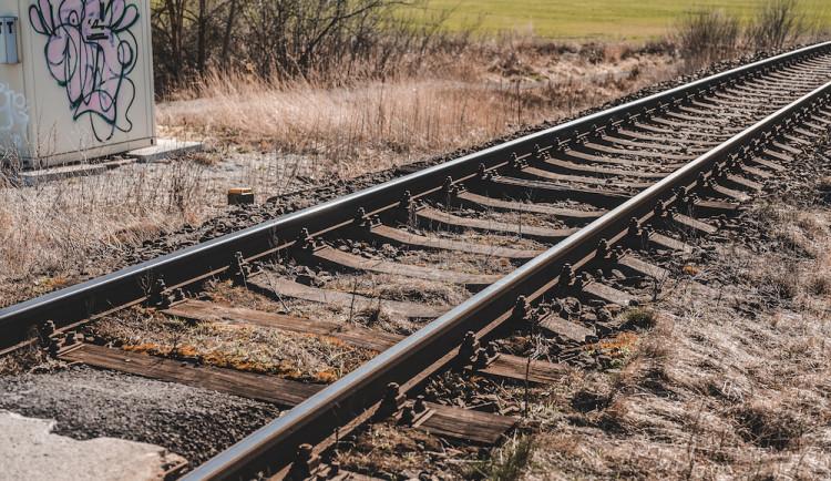 Osmačtyřicetiletý muž nepřežil v Budějcích střet s vlakem. V Písku zemřel cyklista