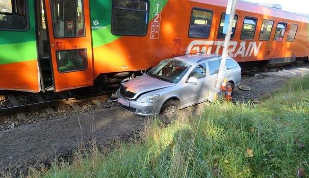 U Kájova se srazilo auto s vlakem. Škoda je za 750 tisíc