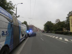 Jednačtyřicetiletý řidič naboural do trolejbusu. Nadýchal více než dvě promile