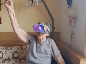 FOTO: Klienti píseckého SeniorCentra cestují pomocí virtuálních brýlí