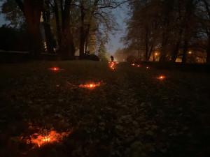 Zapálené svíčky připomněly zaniklý hřbitov v Trhových Svinech