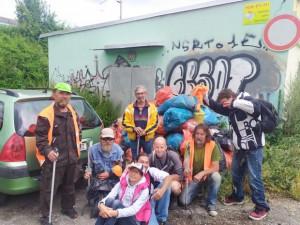 Lidé bez domova dobrovolně uklízí město. Za práci dostanou zaplaceno stravenkami