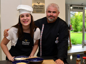 Známí kuchaři podpořili charitativní kalendář pro Autis Centrum. Zrušení akcí jim zkomplikoval prodej