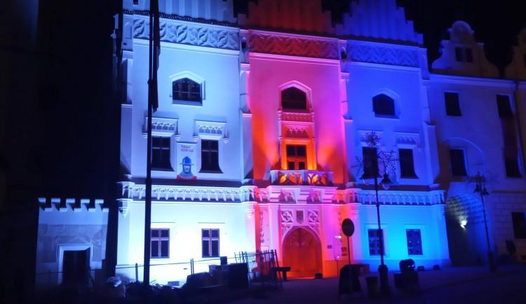 V Táboře se dnes Stará radnice rozsvítila v barvách trikolory. Zazněla Modlitba pro Martu