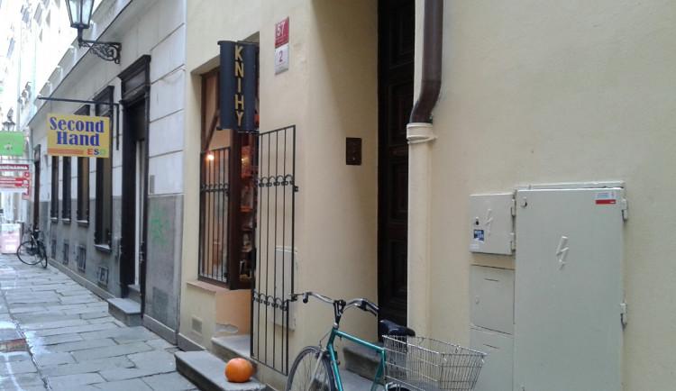 Jedno z nejstarších knihkupectví v kraji nezavřela ani vládní opatření. Knížky prodávají z okénka