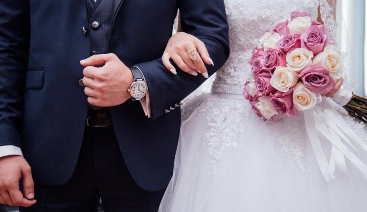 I přes omezení je o svatby na radnici zájem. Ano si v pátek řekne šest párů