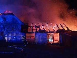 Při požáru statku se kompletně propadla střecha. Škoda jde do milionů