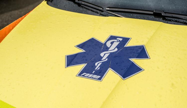 Při nehodě sanitky zemřela dnes ráno převážená pacientka