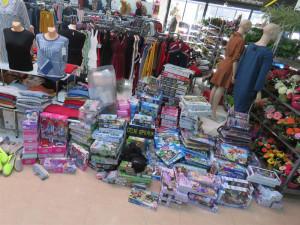 FOTO: Padělky textilu, obuvi i hraček. Celníci si připsali další úlovek