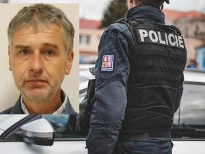 Policie pátrá po Karlu Prokešovi. Muž se vyhýbá soudu