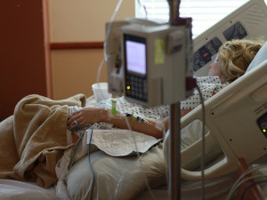 Krumlovská nemocnice od dneška povolila návštěvy. V ostatních stále platí zákaz