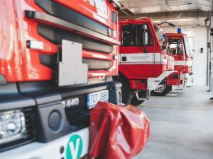 Techniku mohou hasiči konečně ukrýt v nových garážích. Stavba vyšla na 83 milionů