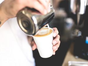 Podle opraveného nařízení se nesmí prodávat ani káva s sebou