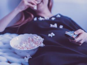 Lidé podle průzkumu tráví u televize mnohem více času, filmové pirátství vzrostlo o 300 procent