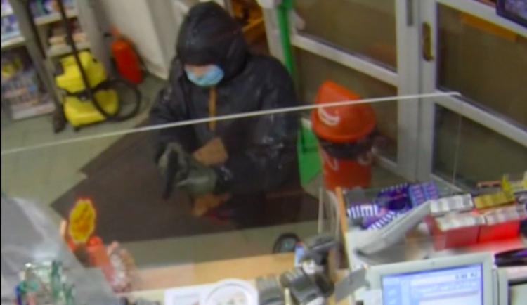 VIDEO: Muž s maskou a rouškou přepadl benzinu v Prachaticích. Na obsluhu mířil zbraní