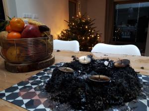 Pozor na požáry během svátků. Hrozbou jsou svíčky, špatná světýlka nebo rozpálený olej