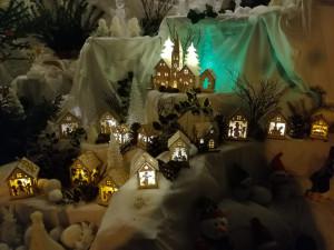 Výlohu mateřského centra na Máji rozzářila zimní vánoční krajina