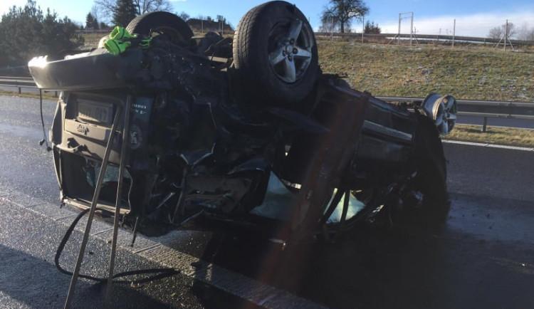 Vážná dopravní nehoda uzavřela dálnici z Písku do Prahy. Na místo letěl vrtulník