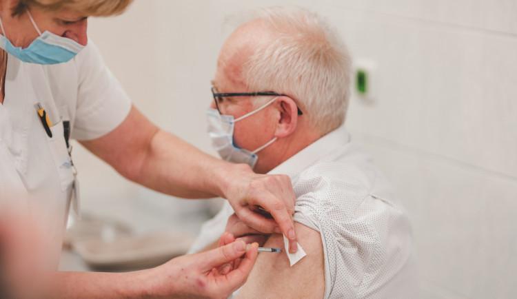 FOTO: V Jihočeském kraji začalo očkování proti onemocnění covid-19. První vakcínu dostal emeritní primář infekčního oddělení