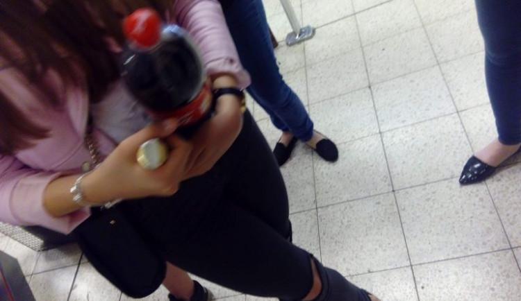 Obchodníci nerespektují zákaz prodeje alkoholu mladistvým. Kontrola odhalila desítky porušení zákona