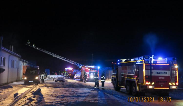 Truhlárnu ve Volarech zachvátily plameny. Hasičům komplikoval práci silný mráz