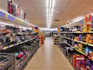 Vláda asi upraví seznam nezbytného zboží, které lze prodávat