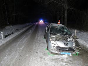 Vážná nehoda u Třeboně. Osobní automobil se střetl s malým neosvětleným motocyklem