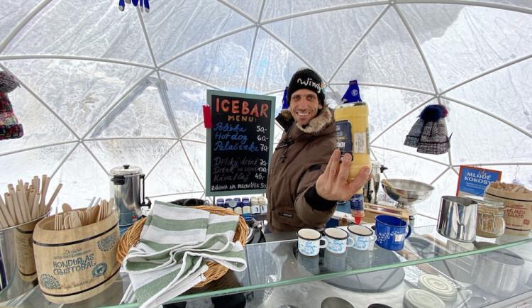 Vicemistr Evropy míchá drinky u zamrzlého Lipna a návštěvníci to oceňují