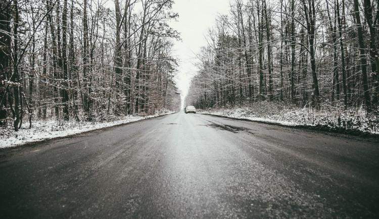 Silnice a chodníky v kraji mohou v noci namrzat. Meteorologové vydali výstrahu před náledím