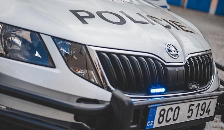 Řidič srazil na křižovatce cyklistu. Policie hledá svědky nehody