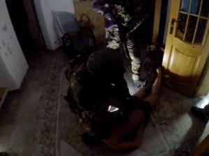 FOTO, VIDEO: Rok a půl sledovala policie drogové dealery ve Vimperku. Minulý týden je zadrželi