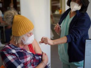 Registrované seniory k očkování nově upozorní na volný termín SMS
