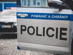 Policie hledá vandala, který nouzovým kladívkem rozbil okno autobusu
