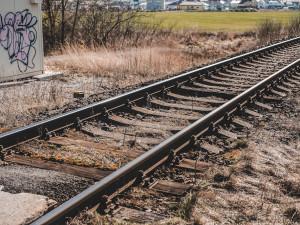 U Hluboké nad Vltavou srazil vlak ženu. Nehoda na několik hodin omezila dopravu