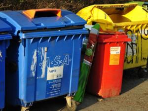 Nesešlápnuté obaly i odpad, který do nádob nepatří. Za přeplněné kontejnery leckdy může nezodpovědný přístup