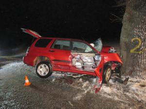 Tragická nehoda na Krumlovsku. Řidič Subaru nepřežil náraz do stromu