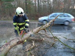Jihočeský kraj zasáhne silný vítr. Hrozí i rozvodnění řek, varovali meteorologové