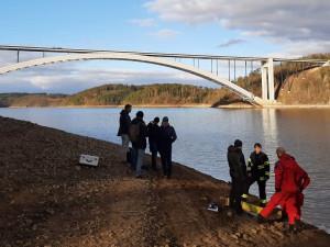 Dvoudenní pátrání pod Žďákovským mostem ukončili až potápěči