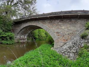 Více než stoletý most mezi Bechyní a Raděticemi jde k zemi, od ledna se jezdí po novém
