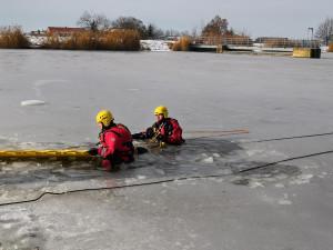 Záchrana tonoucího je vypjatá situace, důležité je nepanikařit, říkají hasiči