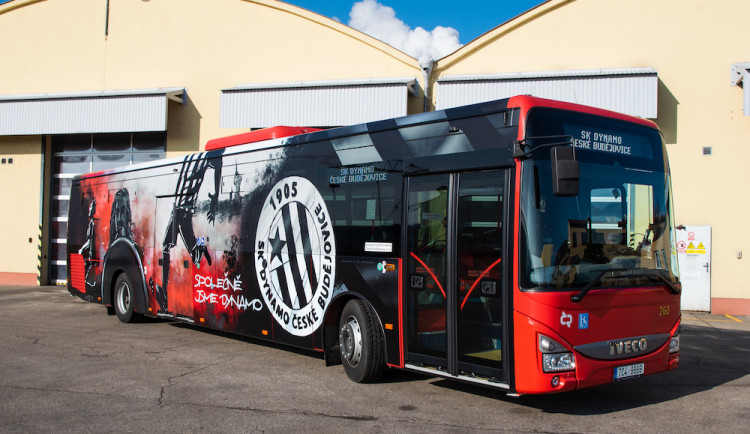 Dopravu ve městě zdobí dynamácký autobus