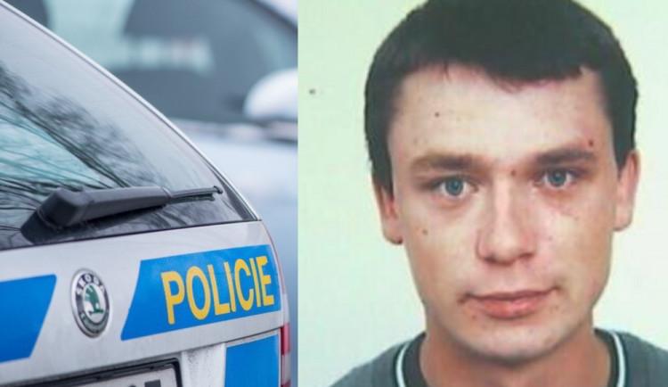 Policie osmým rokem pátrá po tomto muži. Mohl figurovat jako bílý kůň v nákupech zlata