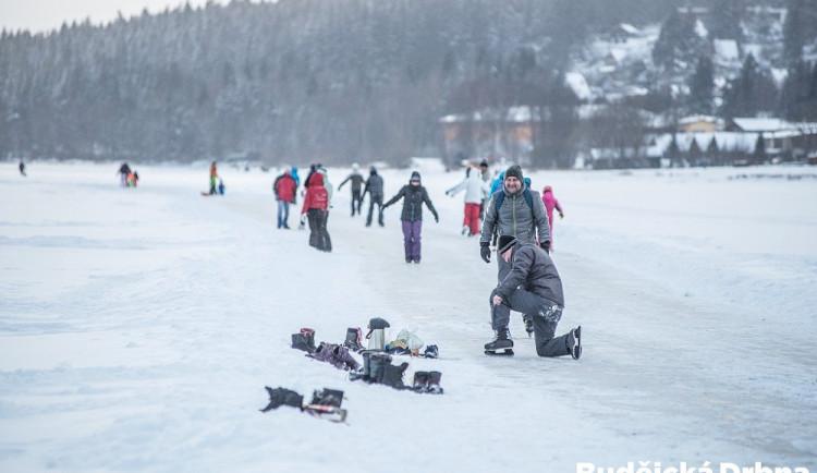 Led na Lipně zesílil. Využívají toho bruslaři i běžkaři