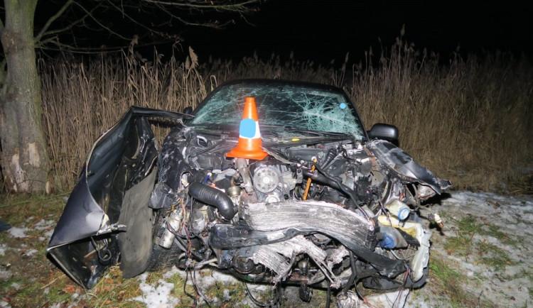 Mladík nedal přednost na křižovatce a narazil do SUV. Řidič z něj utrpěl těžká zranění