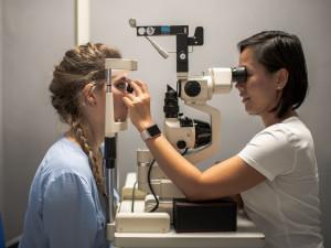 Práce z domova a distanční výuka dětí se negativně podepisují na našem zraku, říká přední jihočeská oční lékařka